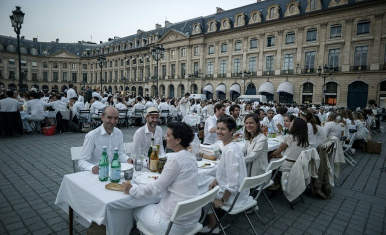 """Sept mille """"dîneurs en blanc"""" Place Vendôme à Paris"""