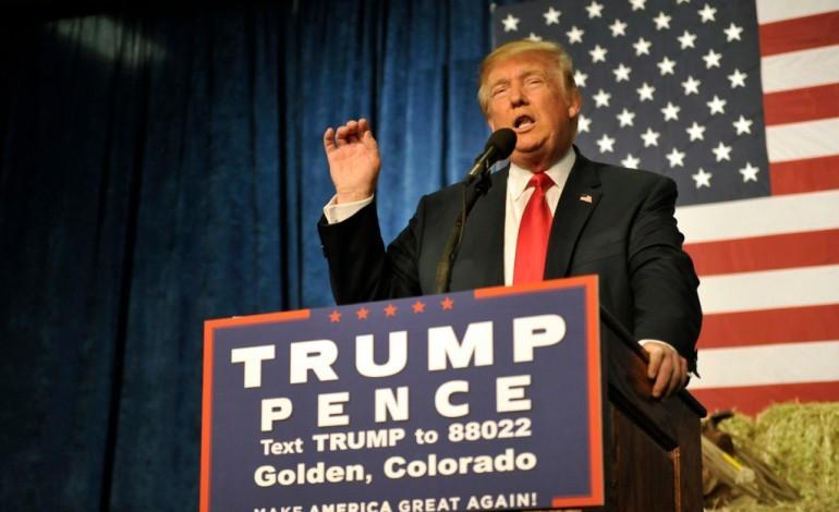 """Maison Blanche: Trump exploite le """"scandale"""" des mails de Clinton"""