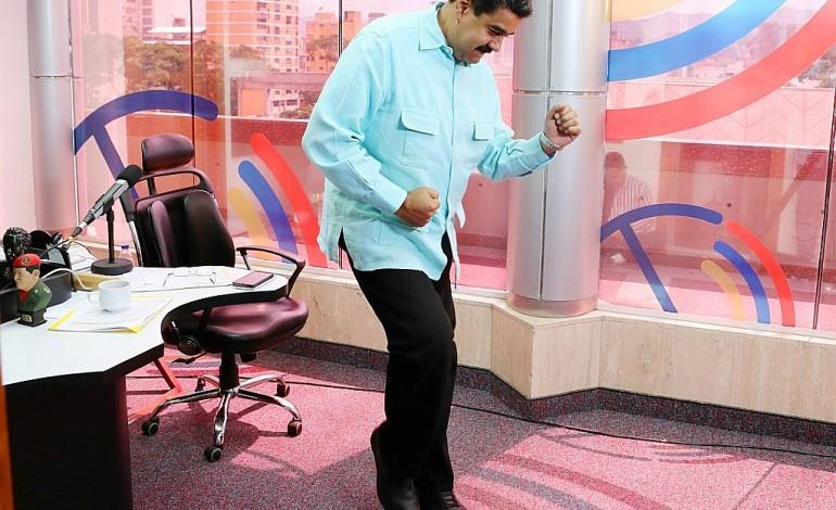La crise frappe le Venezuela, mais Nicolas Maduro danse la salsa
