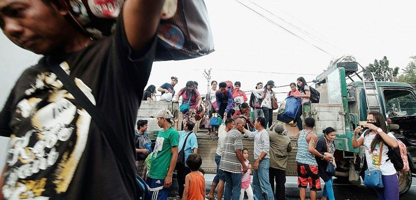 Des milliers de Philippins fuient le typhon de Noël