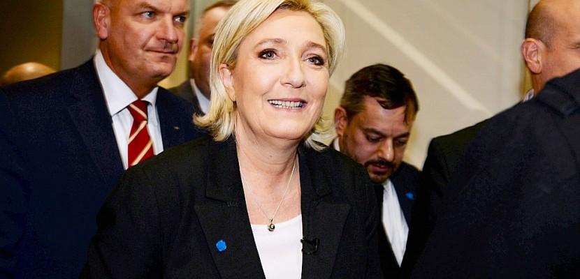 """Le Pen promet un référendum sur la """"priorité nationale"""""""