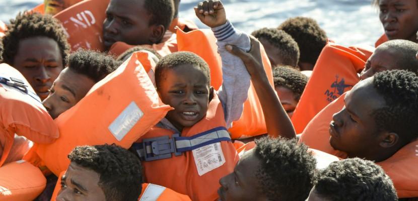 """Plus d'un millier de migrants secourus: """"cauchemar"""" au large de la Libye"""