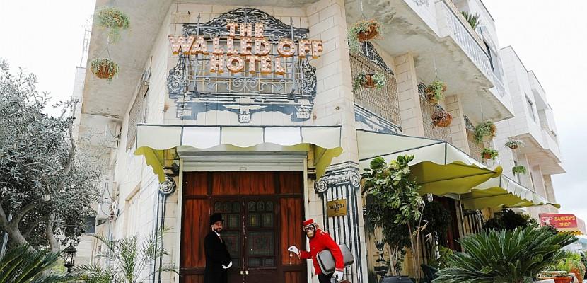 """Banksy ouvre un """"hôtel"""" à l'ombre du mur en Cisjordanie"""
