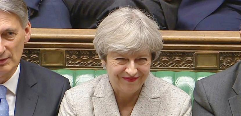 Royaume-Uni: May reprend les négociations pour un accord de gouvernement