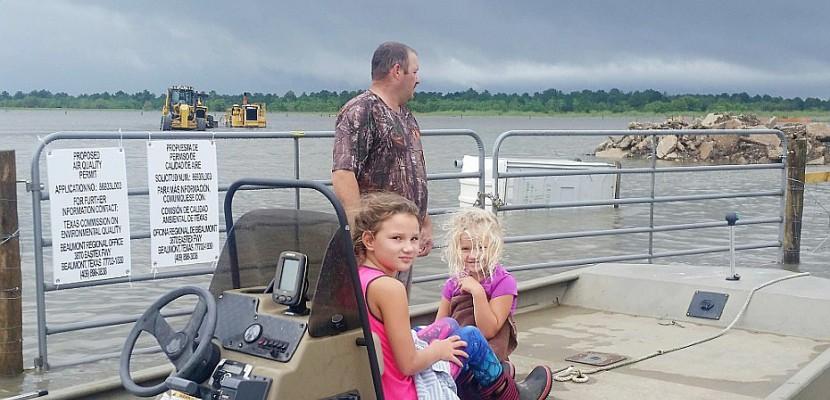 En bateau sur une route texane, le sauvetage est une affaire de famille