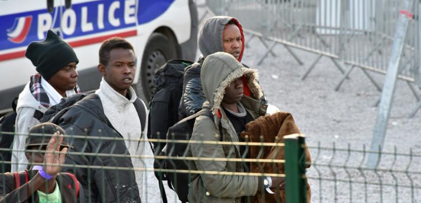 """Migrants à Calais: une mission d'inspection reconnaît de """"plausibles"""" abus chez les forces de l'ordre"""