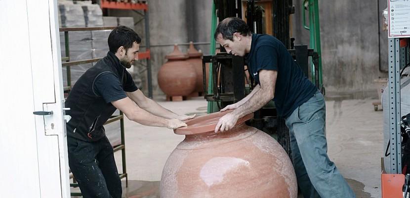 """Au Pays Basque, des jarres en terre cuite pour élever le vin """"à la géorgienne"""""""