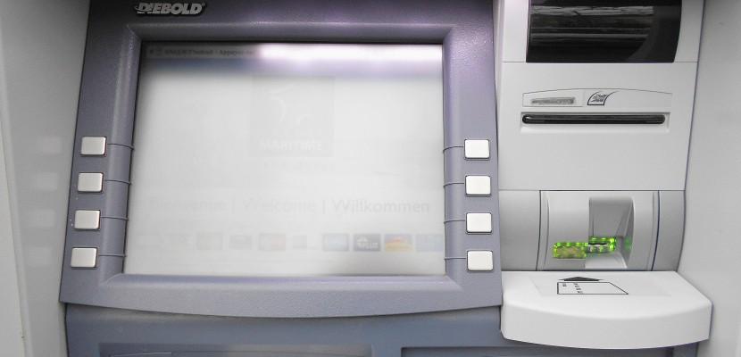 Carte Bancaire Age.L Auxiliaire De Vie Utilise La Carte Bancaire De L Homme Age