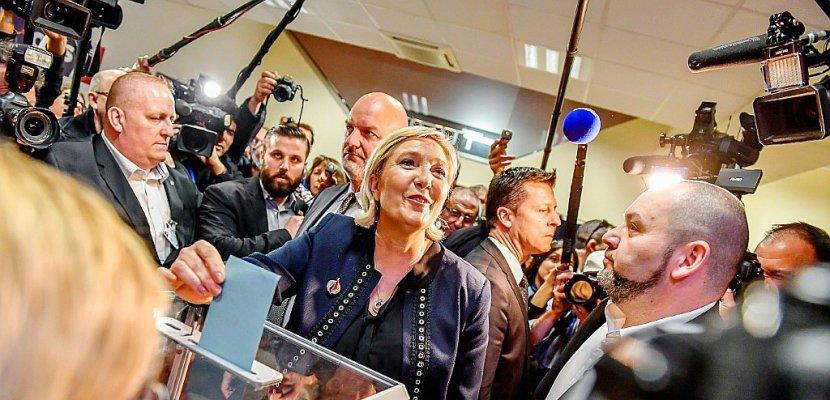 """Le controversé Steve Bannon en vedette du congrès de """"refondation"""" du FN"""
