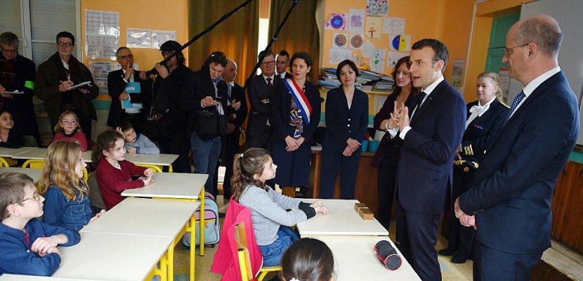 """Macron dans une école de campagne pour riposter aux accusations de """"président des villes"""""""