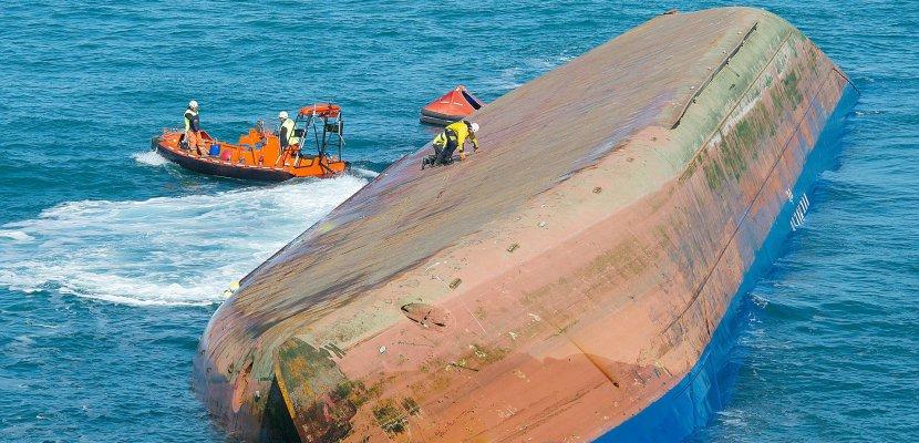 """Le cargo retourné remorqué vers le Havre : """"l'objectif, c'est d'éviter qu'il coule"""" [Vidéo]"""