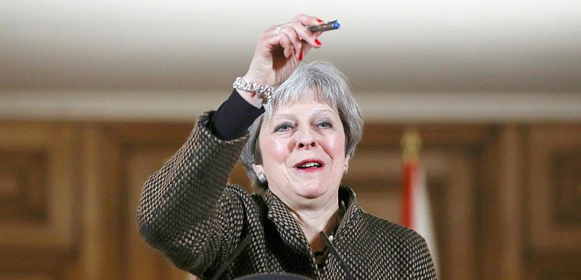 Frappes en Syrie: Theresa May face à une forte opposition politique