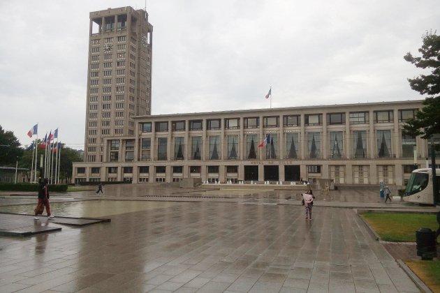 Les horloges de la tour de l'Hôtel de ville du Havre en travaux