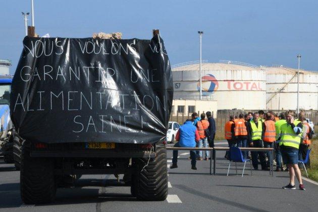 """Dépôts de carburant bloqués: les agriculteurs veulent envoyer un """"coup de semonce"""""""