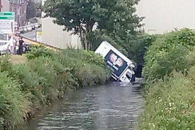 A Fécamp, un camion tombe dans une rivière