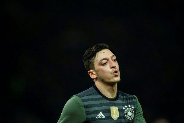 """Allemagne: le retrait d'Özil, """"exemplaire"""" pour des Turcs de Berlin"""