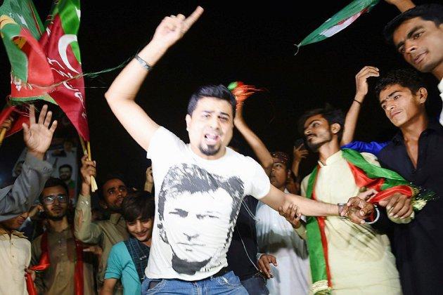 Pakistan: longue attente des résultats du vote, Imran Khan se proclame vainqueur