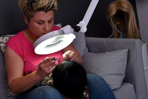 En Bosnie, des cheveux sur mesure et gratuits pour les enfants cancéreux