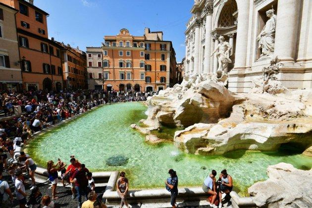 Face au flot de touristes, la fontaine de Trevi suffoque