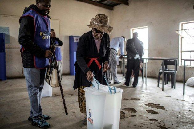 Le petit royaume de l'ex-Swaziland vote, mais le roi conserve son pouvoir absolu