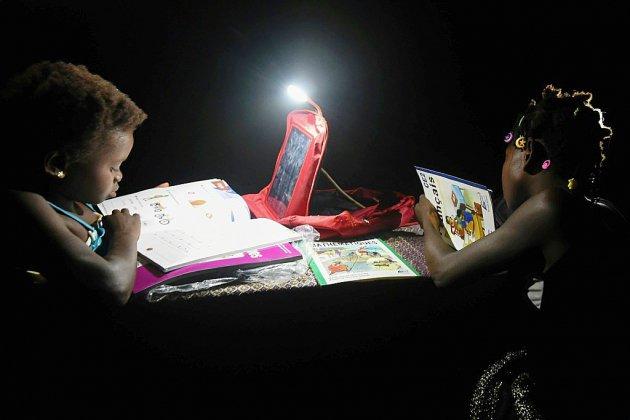En Côte d'Ivoire, des cartables solaires pour faire ses devoirs