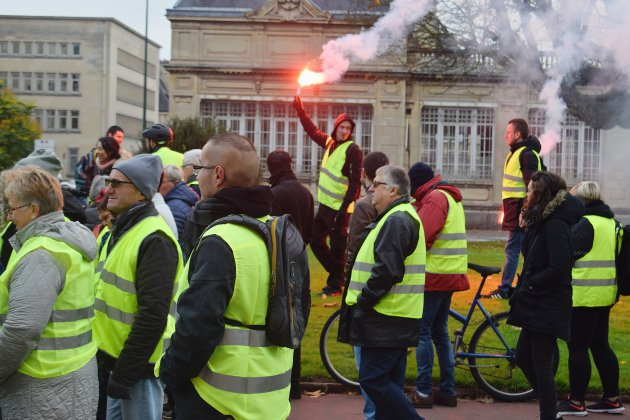 Gilets jaunes : imposant cortège de 1 500 piétons et cyclistes à Caen