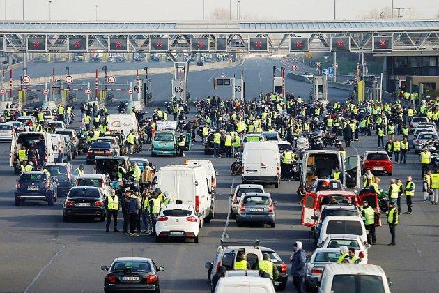 """""""Gilets jaunes"""": près de 283.000 manifestants, un mort et 200 blessés sur les barrages"""