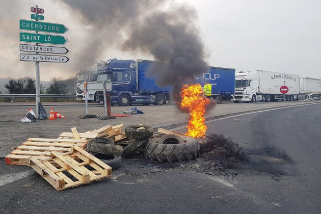 Blocage de Guilberville: la longue attente des chauffeurs routiers