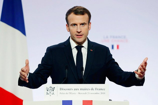 Macron en mode séduction devant des maires inquiets