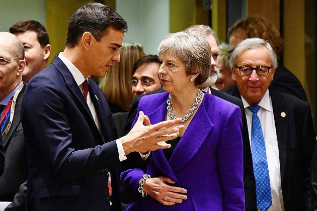 Brexit: May retourne à Bruxelles, l'Espagne menace de faire capoter le sommet