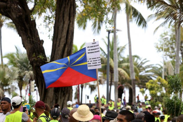 """""""Gilets jaunes"""": accalmie à la Réunion toujours sous couvre-feu"""