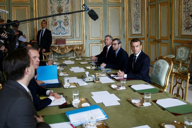 Macron prend le temps de répondre aux gilets jaunes après le chaos à Paris