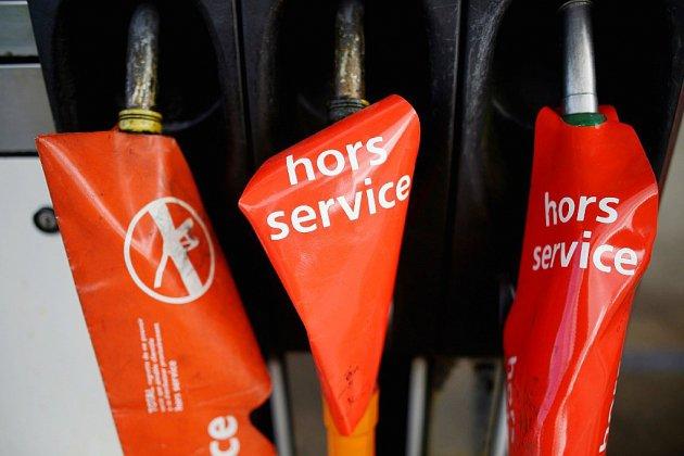 """""""Gilets jaunes"""": la pénurie de carburant gagne du terrain"""