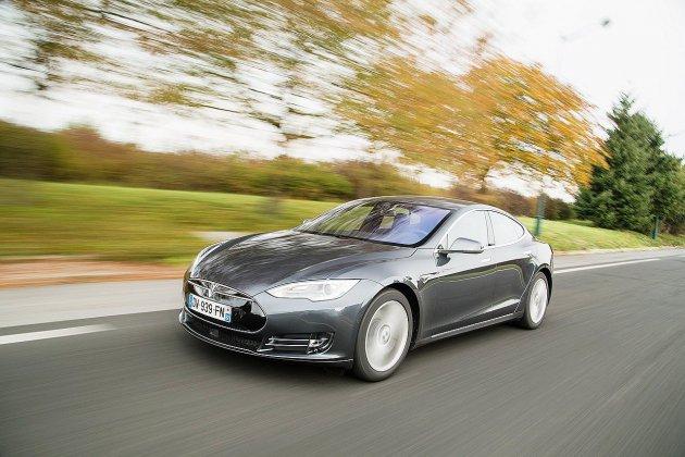 Etats-Unis: Il s'endort au volant de sa Tesla, la police le pourchasse sur 11 km