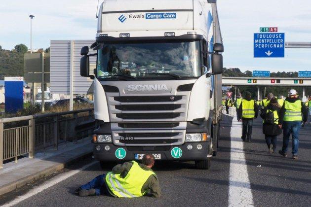 """Des centaines de """"gilets jaunes"""" à la frontière franco-espagnole"""