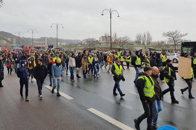 Gilets jaunes à Rouen: politiques et acteurs économiques dénoncent les violences