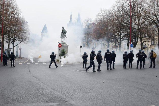 Gilets jaunes: plus de 2 500 personnes à Caen, à nouveau des débordements