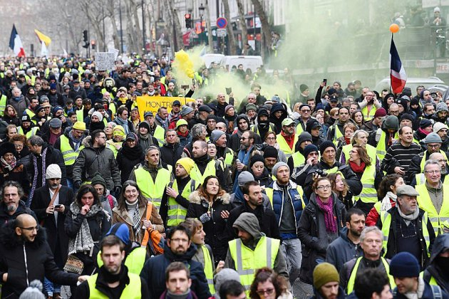 """Gilets jaunes"": des ""foulards rouges"" défilent à Paris pour les institutions"