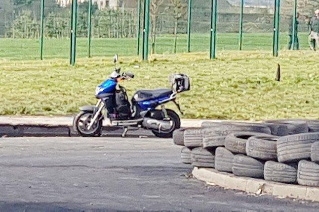 Condé-sur-Sarthe : un homme en scooter avec une machette et un colis suspect