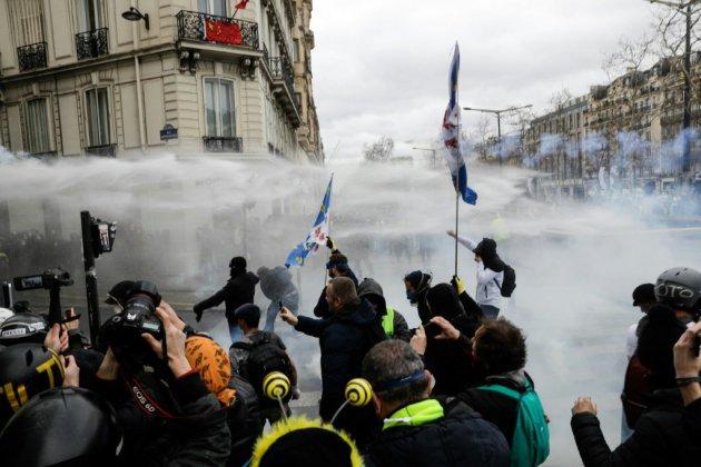 """Manifestation de """"gilets jaunes"""": premiers heurts sur les Champs-Elysées"""