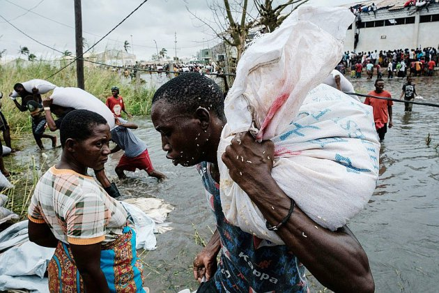 """Cyclone en Afrique australe: distribution chaotique de l'aide, """"moment critique"""" pour les secours"""