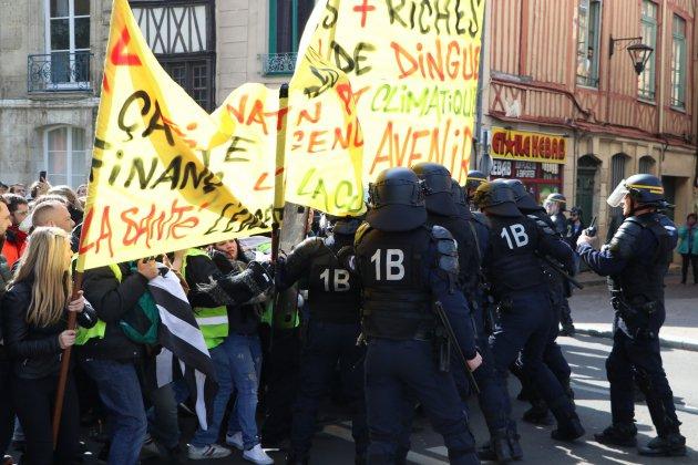 Gilets jaunes, Acte XXI : Engin de chantier brûlé, mobilier brisé et échauffourées à Rouen