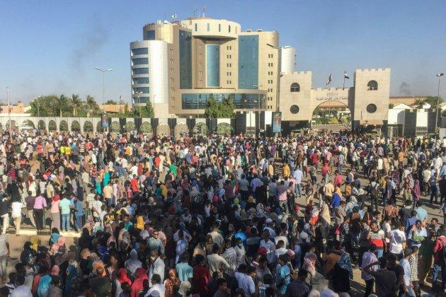 Soudan: poursuite d'une manifestation devant le QG de l'armée à Khartoum