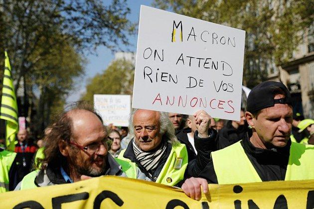 Grand débat: en attendant ses annonces, Macron pressé de toutes parts