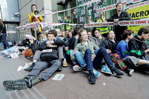 """Colère des militants climat contre la """"République des pollueurs"""""""