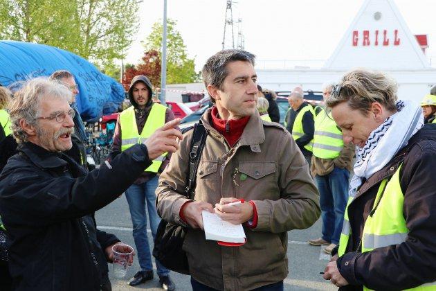 François Ruffin vient montrer son film au rond-point des Vaches, près de Rouen