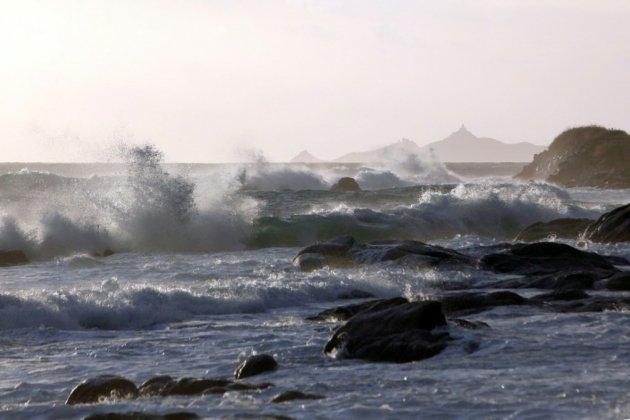 """Des rafales """"inédites"""" balayent le Sud-Est, une touriste emportée par les vagues"""