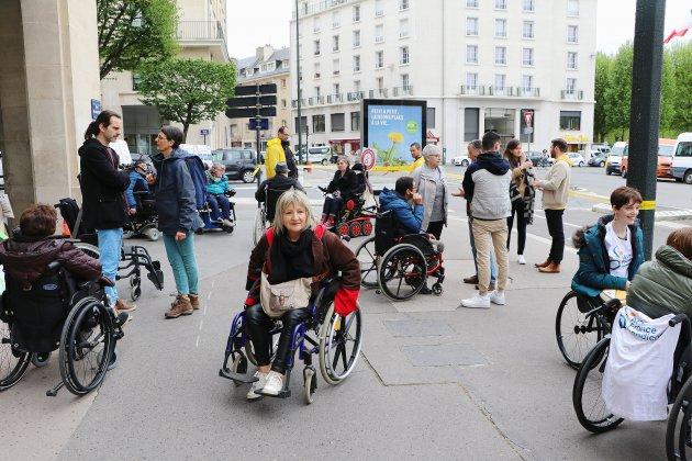 Caen: des paralysés manifestent pour obtenir des logements adaptés