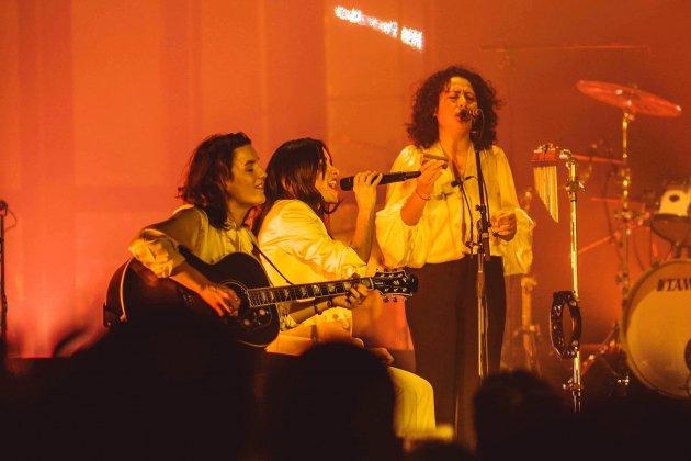 La guitariste Audrey Tesson rouennaise accompagne Jenifer sur scène