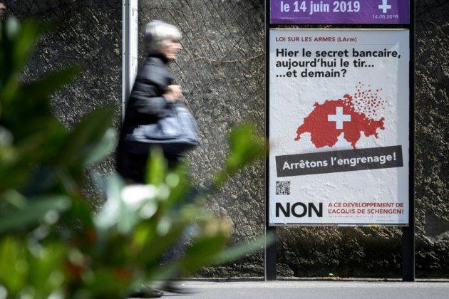 Les Suisses approuvent un durcissement de leur législation sur les armes